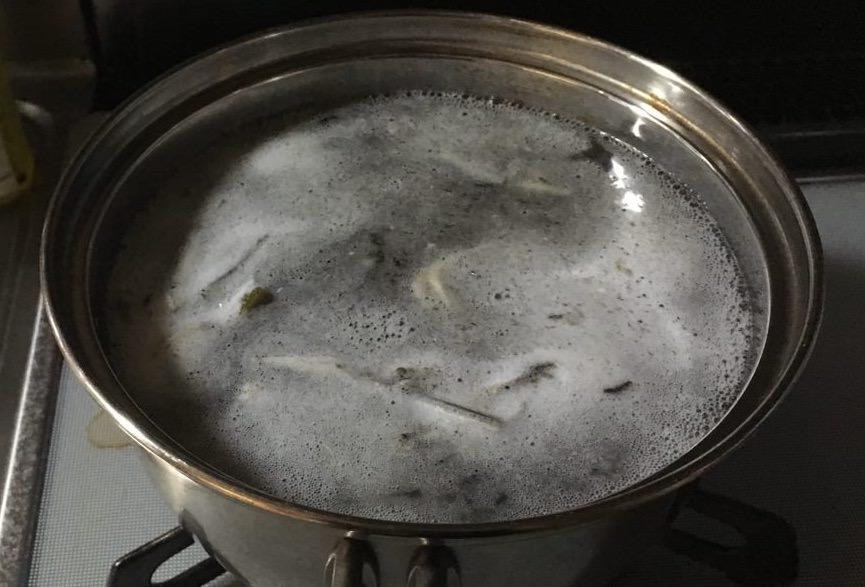 アクがたくさん出てる画像-昆布・かつお節・いりこ(煮干し)のだし汁の作り方の途中(後半)